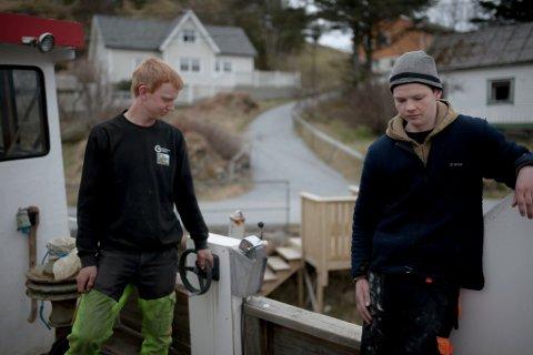 Mass-Bendik Øygard Reksten (t.v.)og Markus Larsen Æsøy pusser opp kvar sin trebåt på Reksta, ein kanskje litt uvanleg hobby for to tenåringsgutar. Her står dei ombord i Mass-Bendik sin Bueland, som står på slipp i Rognaldsvåg.