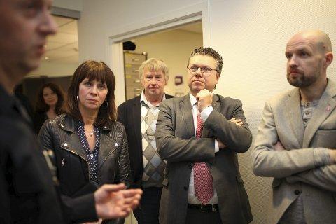 POSITIVE: Ulf Leirstein i Justiskomiteen (Frp) var positiv til prosjektet om virtuell løysing då han besøkte 110-sentralen i Florø. Her med partivertane Frank Willy Djuvik t.h. Lars Svein Drabløs, bak og fylkesordførar Jenny Følling (Sp). Arkivfoto: Dag Nesbø Frøyen