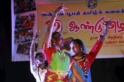Danselærar Nithula Kandasamy (21) saman med søstera si Shamila Kandasamy (18) og eleven Jeneitha Jeikishan (10) framførte ein tradisjonell dans. FOTO: Maiken Aannevik Solbakken