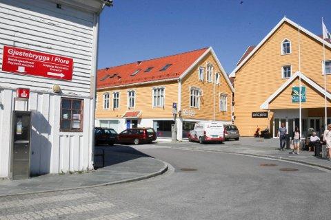 ENDELEG: Alt tyder på at sanitærtilbodet til båtfolket snart vil flytte over gata til huset til Florø hotelleigedom ved Quality. Her kjem også eit sårt etterlengta offentleg toalett.