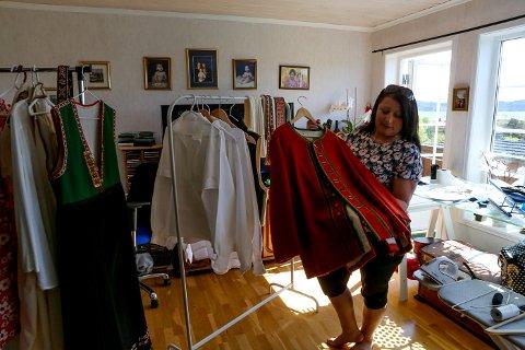 Esma Kucevic Hugøy hjelper Linda Modin Henriksen med montering av Nordlandsbunaden ho har sydd sjølv.