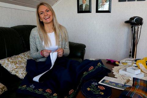 Esma Kucevic Hugøy hjelper Linda Modin Henriksen med montering av Nordlands-bunaden ho har sydd sjølv.