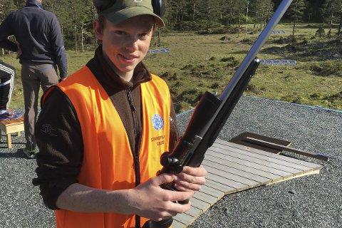 17 år gamle Håvard Tonheim frå Eikefjord er årets fylkesmeister i elgbaneskyting. Foto: Svend Arne Vee