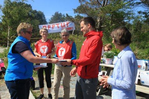Dei fire i redaksjonen, f.v. Arnfrid Bergheim, Astrid Eliassen, Eivind Nordvik Hauge og Signe Nordvik fekk sjølvsag kvar si bok frå turlagsleiar Siv Merete Stadheim under lanseringa i dag.