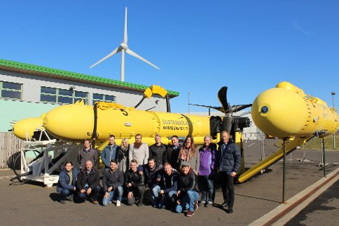 Deltakarane på studieturen foran Sustainable Marine Energy sin PLAT-O tidevassplattform.