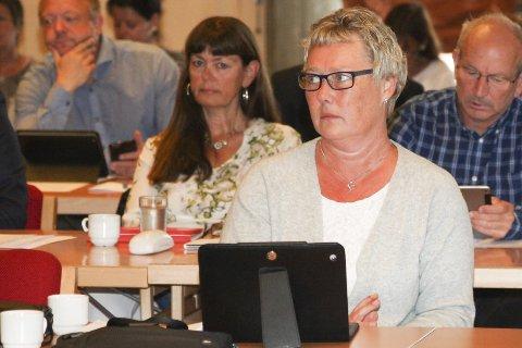 PLASS: Der var god plass kring Anne Lise Midtbø i bystyret i går der ho valde å sette seg ved sidan av representantane frå KrF, Frp og med Samlingslista bak seg.