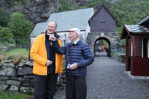 Lars Larsen vaks opp i det raude huset ved Kinnakyrkja. Fredag fortalte han samferdsleminister Ketil Solvik-Olsen (FrP) om livet på Kinn slik han hugsar det.