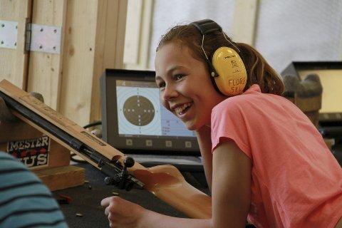 MIDT I BLINKEN PÅ EIN SØNDAG: Victoria Midtbø var ein av mange ungdommar som brukte Skytingens dag til å teste ut salongrifleskyting på 100 meter, med elektronisk anvising. Foto: Egil Aardal
