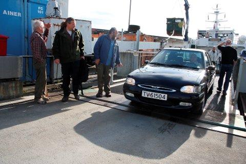 UVISST: Verken lokal operatør, lokal fylkespolitikar, tilsette ved samferdsleavdelinga eller stortingskandidaten kan svare på om reisande i Florøbassenget vil få billegare biltransport ut til øygarden.