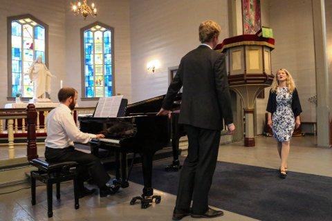 Sommarkonsert: F.v. Pianist Andreas Taklo, baryton Eilert Hasseldal og sopran Ingvild Loen.  Foto: Siri Linn Brandsøy