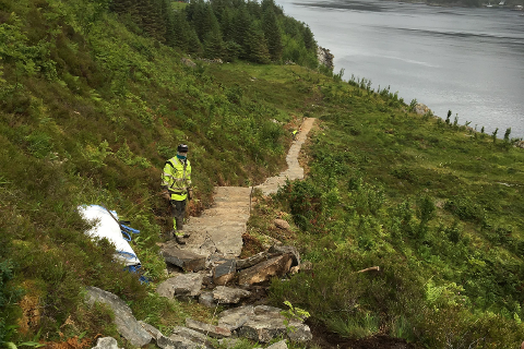 Arbeid på stien opp til Hornelen. Sherpaer er i jobb og leiar i selskapet Stibyggeren, Geirr Vetti var på plass for å sjå på arbeidet.