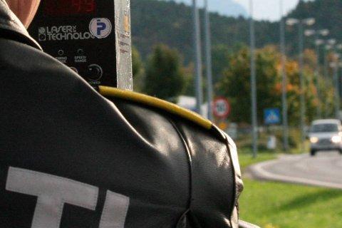 FOR FORT: Tre bilistar køyrde for fort mellom EIkefjord og Storebru fredag. Ein av dem mista førarkortet.