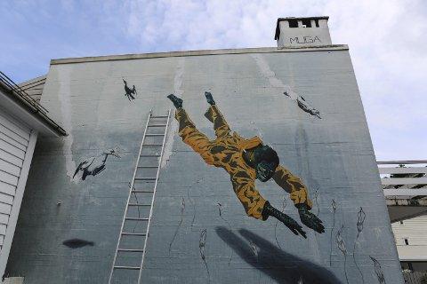 Muga: Artisten har henta inspirasjon frå Florø si fiskerihistorie og signert pipa på toppen. Foto: Siri Linn Brandsøy