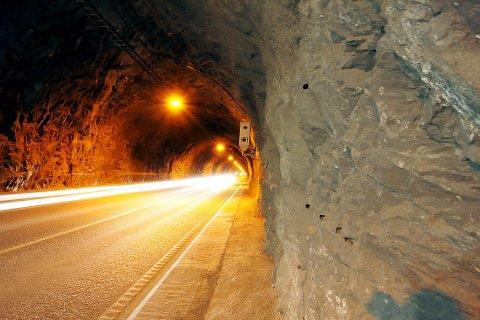Tunnelen vart stengd grunna stein i vegbana, men er no open for fri ferdsel.