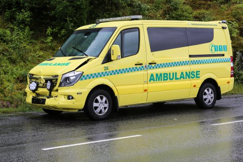 Ein ambulanse under utrykking køyrde i ein personbil. Ambulansen frakta ein pasient, og det måtte rekvirerast ny ambulanse til pasienten.