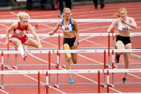 Kristi Strømmen Kjerpeset (i midten) under søndagens 100m hekk for kvinner i NM i friidrett i Askøy. No ser ho framover mot Junior NM og Nordisk juniorlandskamp på Island.
