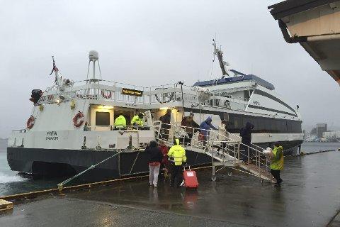 Norled sin hurtigbåt  Frøya, her ligg den til kai i Florø. Ekspressbåtrutene er eit mykje brukt alternativ langs kysten, samstundes som kvar passasjer legg att fire gongar så mykje CO2 per kilometer som ein flypassasjer. Det gjer at det hastar å gjere noko med utsleppa.