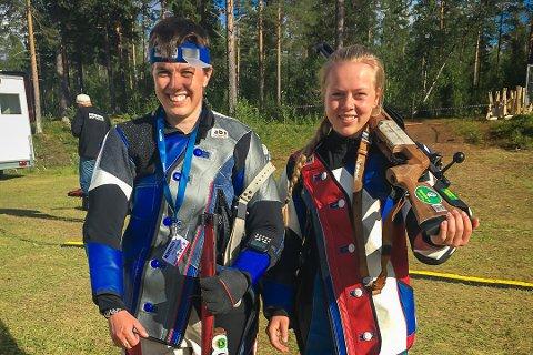 Reidun Kristin Knapstad (t.v) låg godt an etter den innleiande skytinga.