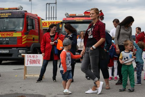 For dei små: I fjor kunne ein vere med brannbilen på tur, i år er det mellom anna Sjørovartokt med Svanhild som står på programmet for dei små.