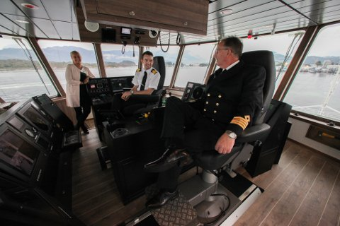 F.h.: Kaptein Arvid Teige, styrmann Martin Refvik og operativ leiar Christine Hammersvik i Fjord1 i styrhuset på MF «Hornelen».