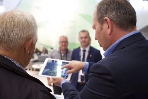 PRESENTASJON: Her ser vi informasjonskonsulent Roald Leivestad i INC peike og forklare om moglegheitene til leverandørnæringa i Sogn og Fjordane. Alle foto: Artwerk