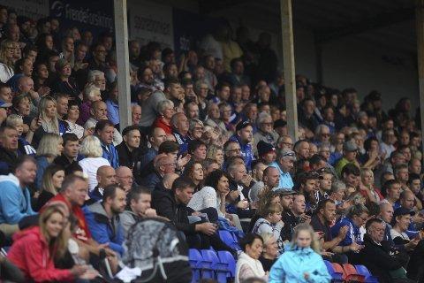 INTERESSE: 920 menneske fekk sjå heimelaget imponere mot Fana på Florø stadion. Det er to heimekampar igjen for Florø i år.