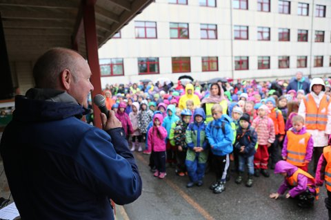 Arkivfoto. Opning av sykkelparkeringa ved Florø barneskole i 2016. Dåverande varaordførar Jan Henrik Nygård talte.