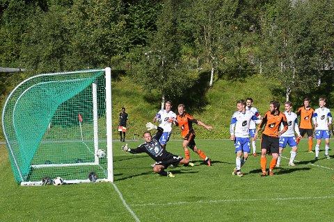 Eikefjord vs Selje 6-4. Fotball 5. divisjon. Her sette Erling Austreim inn 4-0 på frispark mot Selje.
