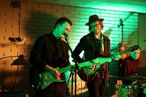 PLATE- OG TURNÉKLAR: Adam Douglas legg snart ut på juleturné, men først er det plateslepp. Her ser du Douglas i Bremanger, i samspel med «ungspælane» i Silo. Her saman med gitarist Iver Senneset.