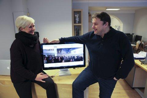 Barbro Furset og Per Øyvind Helle i Byen vår Florø presenterer den nye nettsida som skal vere ein felles inngangsportal for Florasamfunnet.
