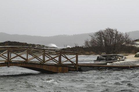 Storm: Visit Fjordkysten meiner det ligg pengar i dårleg vêr. – Det er mange utanfrå som kunne tenke seg å komme hit og oppleve skikkeleg ruskevêr, meiner Anne Beate Ytterøy i Fjordkysten, spesielt kombinert med ekstra komfortabel overnatting.arkivfoto
