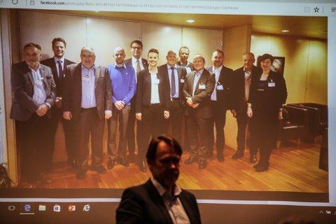 HYLLA: Politikarane frå kystkommunane Flora, Bremanger og Vågsøy var berre vist på storskjerm då dei ikkje klarte å lande i Florø, men dei fekk applaus i FIN-medlemsmøtet likevel.