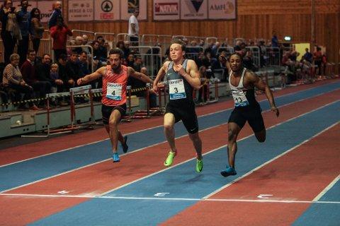 SPRINTAR: Karsten Warholm yppar seg no blant dei beste sprintarane. Her set han Norna Salhus sin Salum Ageze Kashafali t.h. og svenske Stefan Tarnhuvud t.v. på plass på 60 meteren i Florø.