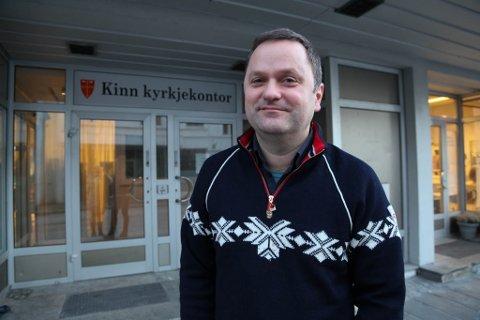 Sokneprest i Kinn kyrkjelyd, Knut Magne Nesse, trur det blir ein relativt roleg overgang, men er likevel spent på korleis utviklinga vil bli i dei kommande åra.