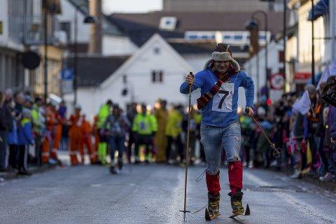 Snø eller asfalt, det spelar ingen rolle. Skistafett blir det uansett. Her ser vi ordførar Ola Teigen i aksjon under fjorårets «VinterFlora».