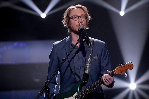 Adam Douglas joika med elgitar