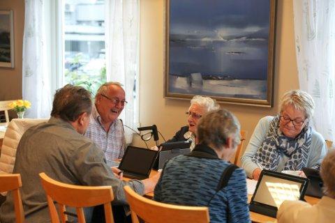 Kursleiar Harald Førde ler av nok ein kvikk replikk på nettbrettkurs i Svelgen.