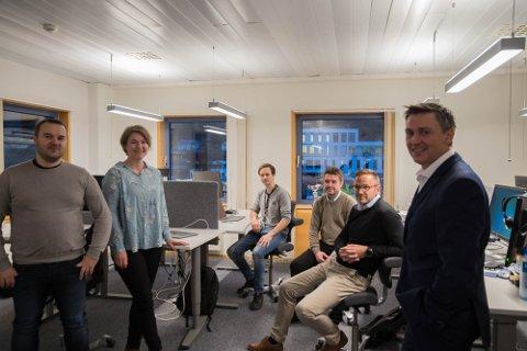 Utviklarane av MobilbankUng: fv. Peer Jakob Bridge, Marit Fidjestøl, Pål Gunnar Smådal, Per Magne Hervik, Bjørn-Egil Holmøyvik og adm. direktør Trond Teigene