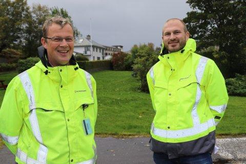 VEG: Her blir det ny gangveg, fortel Sigmund Solheim og Joakim Rørstad Nordvik i Flora kommune.