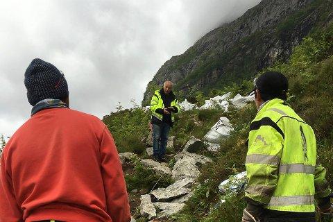 Arbeid på stien opp til Hornelen. Sherpaer er i jobb og leiar i selskapet Stibyggeren, Geir Vetti var på plass for å sjå på arbeidet.