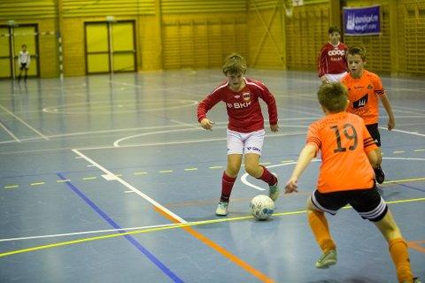 Futsal har blitt ein populær variant av innandørs fotballspeling. Her frå ein KM-kamp mellom Høyang og Hyllestad.