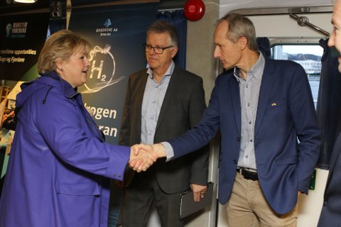 Prosjektleiar Trond Strømgren i hydrogenprosjektet GKP7H2 helser på statsminister Erna Solberg om bord i «Øyservice« i Florø onsdag.