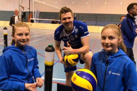 Elise og Linea Bortne Haveland sammen med landslagspiller Lars Fredrik Tvinde fra Førde VBK.