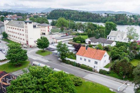 Florø barneskole treng større uteareale for dei over 550 elevane, og no skal Flora kommune kjøpe eigedom av Prestegarden/ Opplysningsvesenets fond