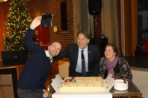 KAKE-SJØLVI: Fylkestingspolitikarane Frank Willy Djuvk (FrP), Bjørn Hollevik (H) og Karianne Torvanger (Ap) fekk æra av å opne Kystveg-kaka, og markerte det med ein kake-selfie.