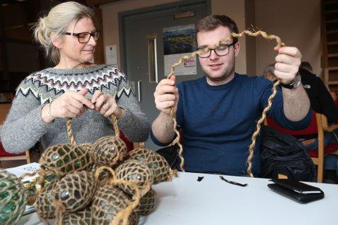 Kurs i maritime knutar, seising og spleising på Kystmuseet i Florø i 2017. Her ser vi Jorunn Bjerk, formidlingsleiar og Iver Bakke Nydal.