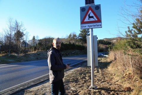 Magnus Frøyen ved Norsk Hjortesenter viser fram dei nye varselskilta. Lysa skrur seg på i periodar med høg fare for hjortepåkøyrsler.