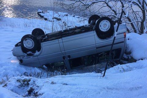 Møteulykke på Svarstad langs Dalevatnet i Bremanger. Bil kvelva rundt i skråning då dei møtte ein annan bil. Det var nullføre og glatt.