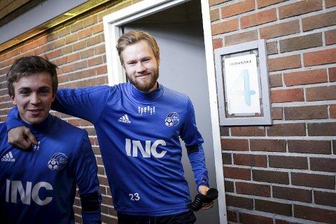 LUKKEGARDEROBEN: Eirik Høydal og Halvor Solheim-Olsen på veg ut av garderobe 4.