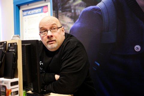 BUTIKKSJEF: Arne Hjorth Johansen i Telenor-butikken.